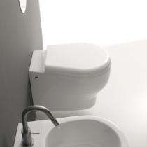 KERASAN K09 Подвесной унитаз с белым сиденьем (микролифт), фурнитура: хром